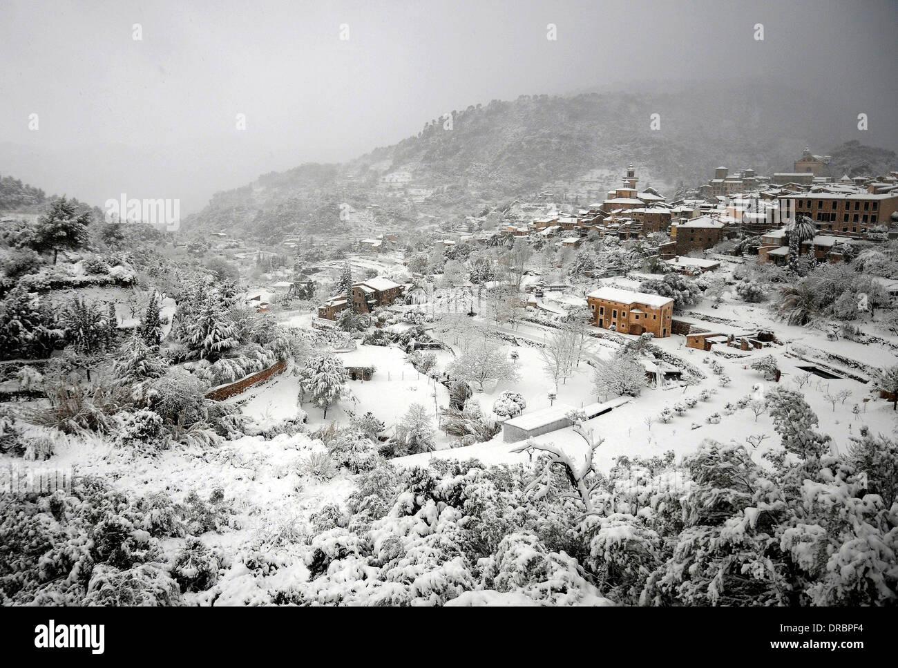 Snow in Valldemossa. A village located in the Serra de Tramuntana in the north of Mallorca. - Stock Image