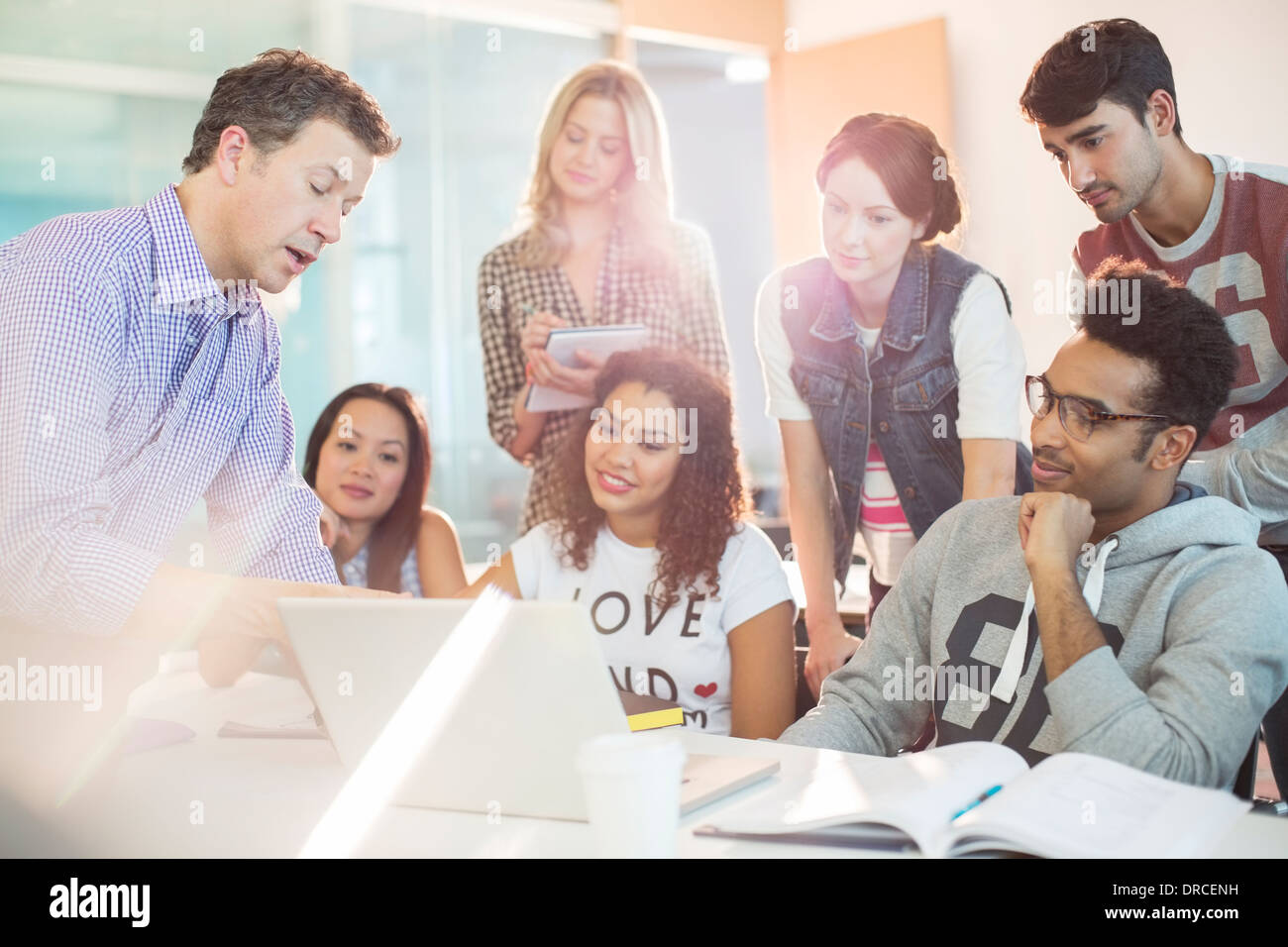 Professor talking to students in classroom - Stock Image
