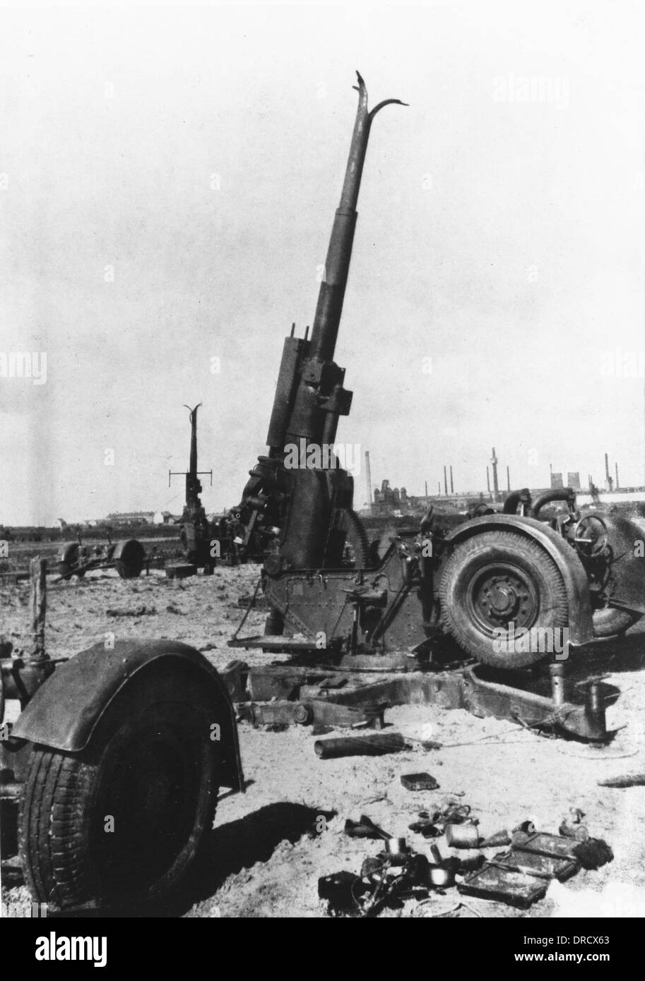 equipment-left-at-dunkirk-wwii-DRCX63.jp