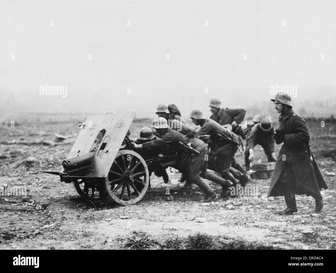 Gunners transporting weapon WWI - Stock Image