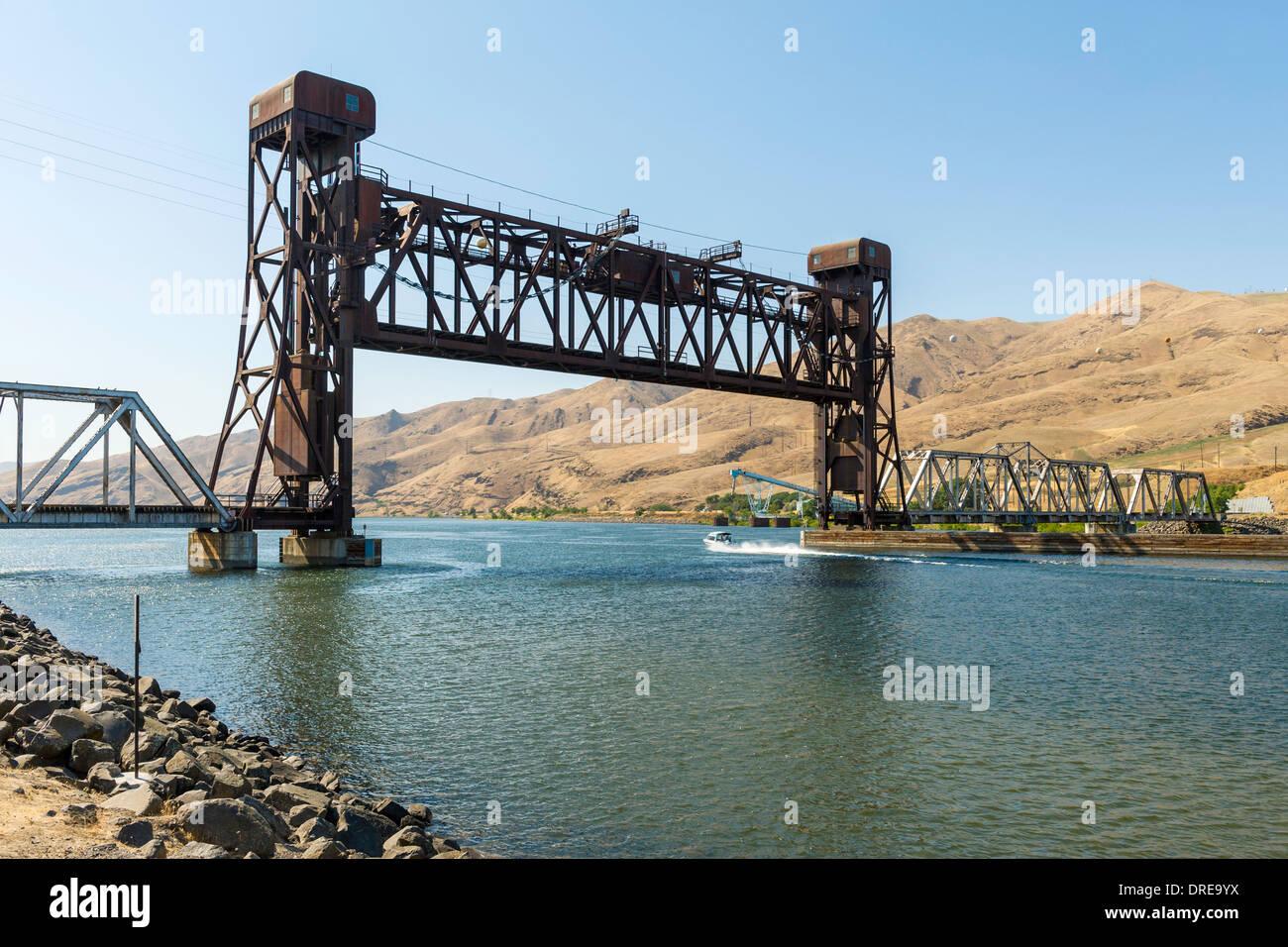 Camas Prairie Railroad Bridge, a vertical Lift railroad bridge, across the Clearwater River, Lewiston, Idaho, USA. - Stock Image