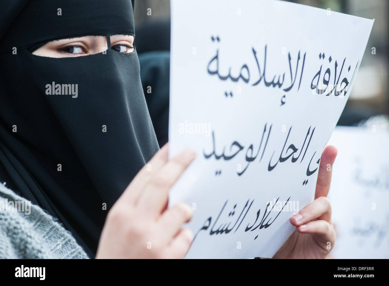 London, UK. 24th January 2014. a protester holds a placard outside the Regents Park Mosque. Credit:  Piero Cruciatti/Alamy Live News - Stock Image