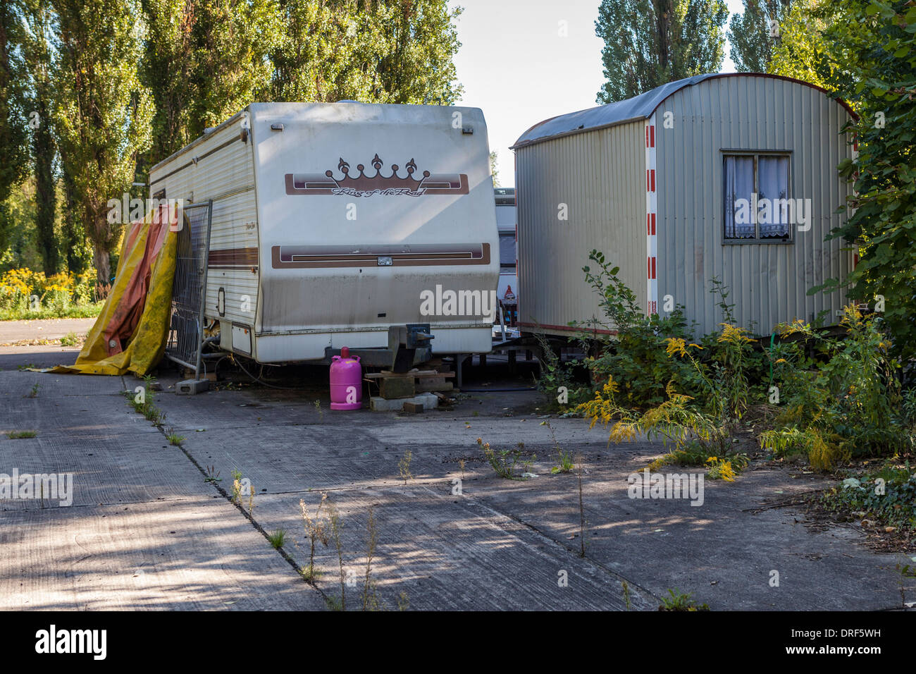 Old caravan and trailer - accommodation at the abandoned, derelict, disused amusement park, Spreepark, Planterwald, Ber;ln - Stock Image