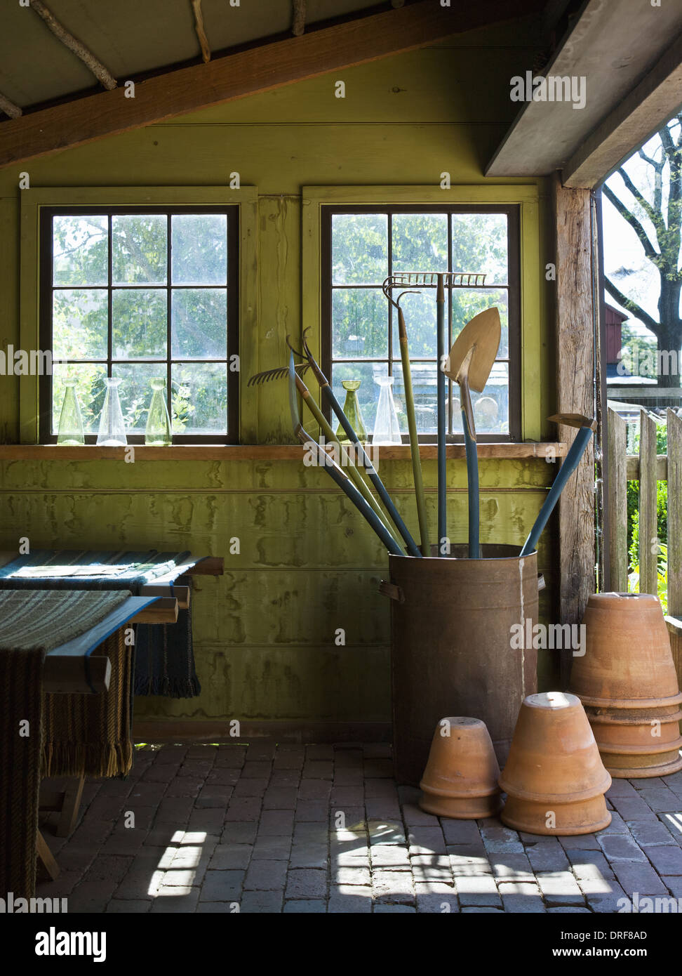 Maryland USA barn bunkhouse two camp beds for guests clay pots - Stock Image