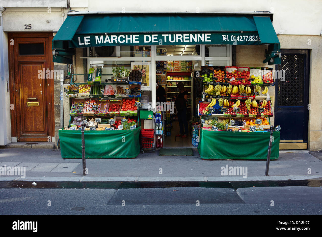 Greengrocers shop in central Paris - Stock Image