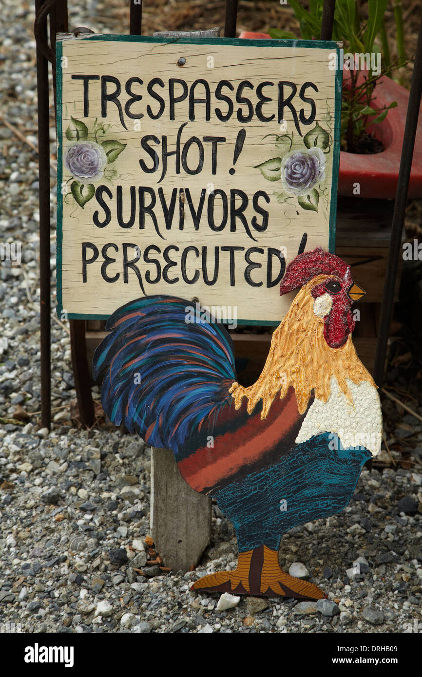 'Trespassers Shot, Survivors Persecuted' Warning sign at Chatto Creek Tavern, Otago Central Rail Trail, New Zealand - Stock Image