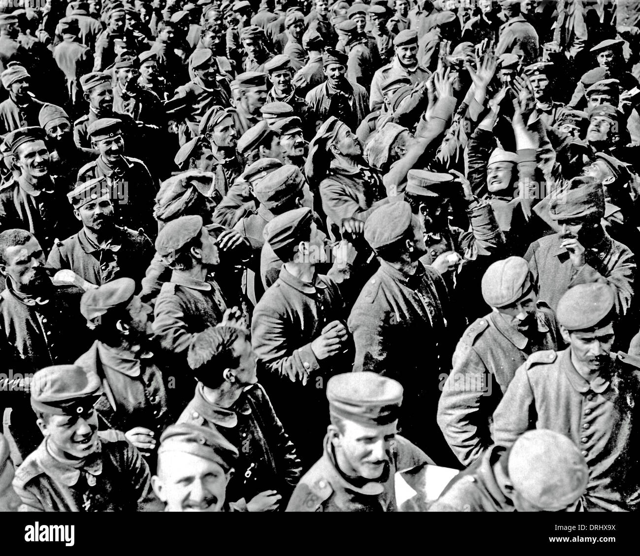 Large crowd of German POWs, Western Front, WW1 Stock Photo
