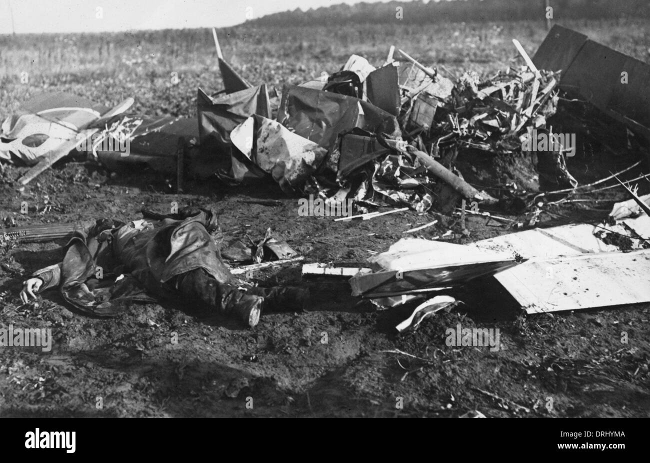 Crashed British fighter plane and dead airman, WW1 - Stock Image