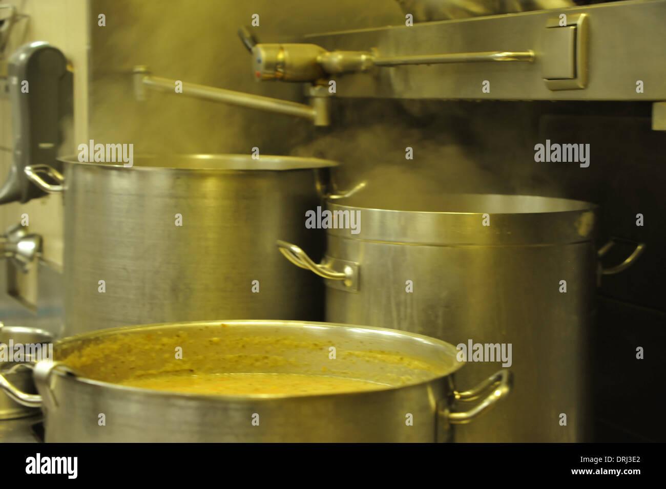 Zubereitung der österreichischen Spezialität Tafelspitz im Traditionsrestaurant Figlmüller in Wien. Editorial use only. - Stock Image