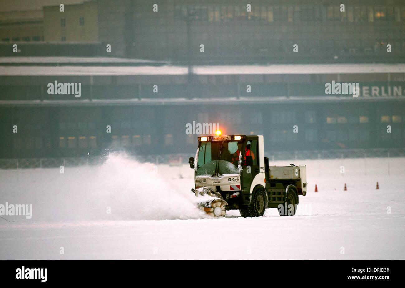 Berlin, Germany. 27th Jan, 2014. A snowplough drives through the snow on Tempelhofer Feld in Berlin, Germany, 27 January 2014. Photo: BERND VON JUTRCZENKA/DPA/Alamy Live News - Stock Image