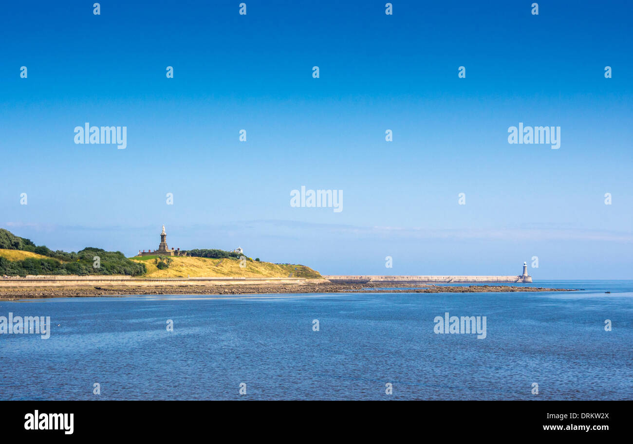North Shields jetty and Admiral Lord Collingwood statue with Tyne Estuary in the foreground. - Stock Image