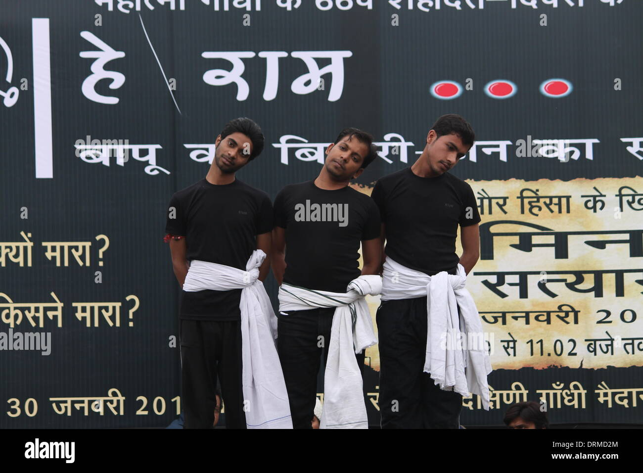 """Gandhi Maidan, Patna, Bihar, India, 29th January 2014. Artists belong to Bharatiya Jananatya Sanghya perform drama """"Mahatma Gandhi ko Chithhi paunche"""" (Letter to Mahatma Gandhi)  in open stage on Wednesday afternoon, a day before  the occasion of 67th death anniversary of Mahatma Gandhi on January 30, 2014. The play touched upon role of Nathuram Godse in death of Gandhi. Various such programs will be performed all over Bihar during these two days to commemorate Gandhi. Credit:  Rupa Ghosh/Alamy Live News. - Stock Image"""