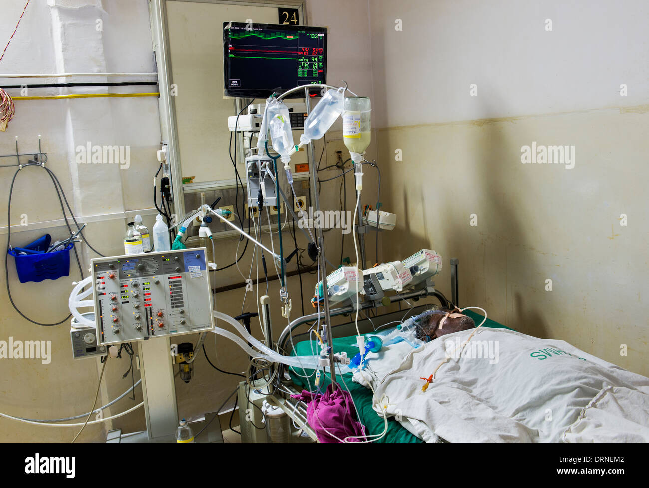 Indian male heart patient in CCU at Sathya Sai Baba Super Speciality hospital. Puttaparthi, Andhra Pradesh, India - Stock Image