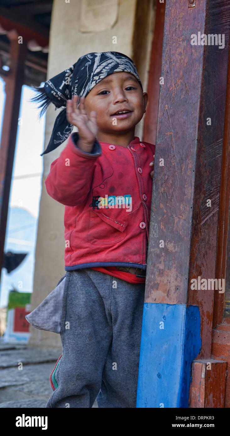 saying goodbye: Gurung boy in Ghandruk village in the Annapurna region of Nepal - Stock Image