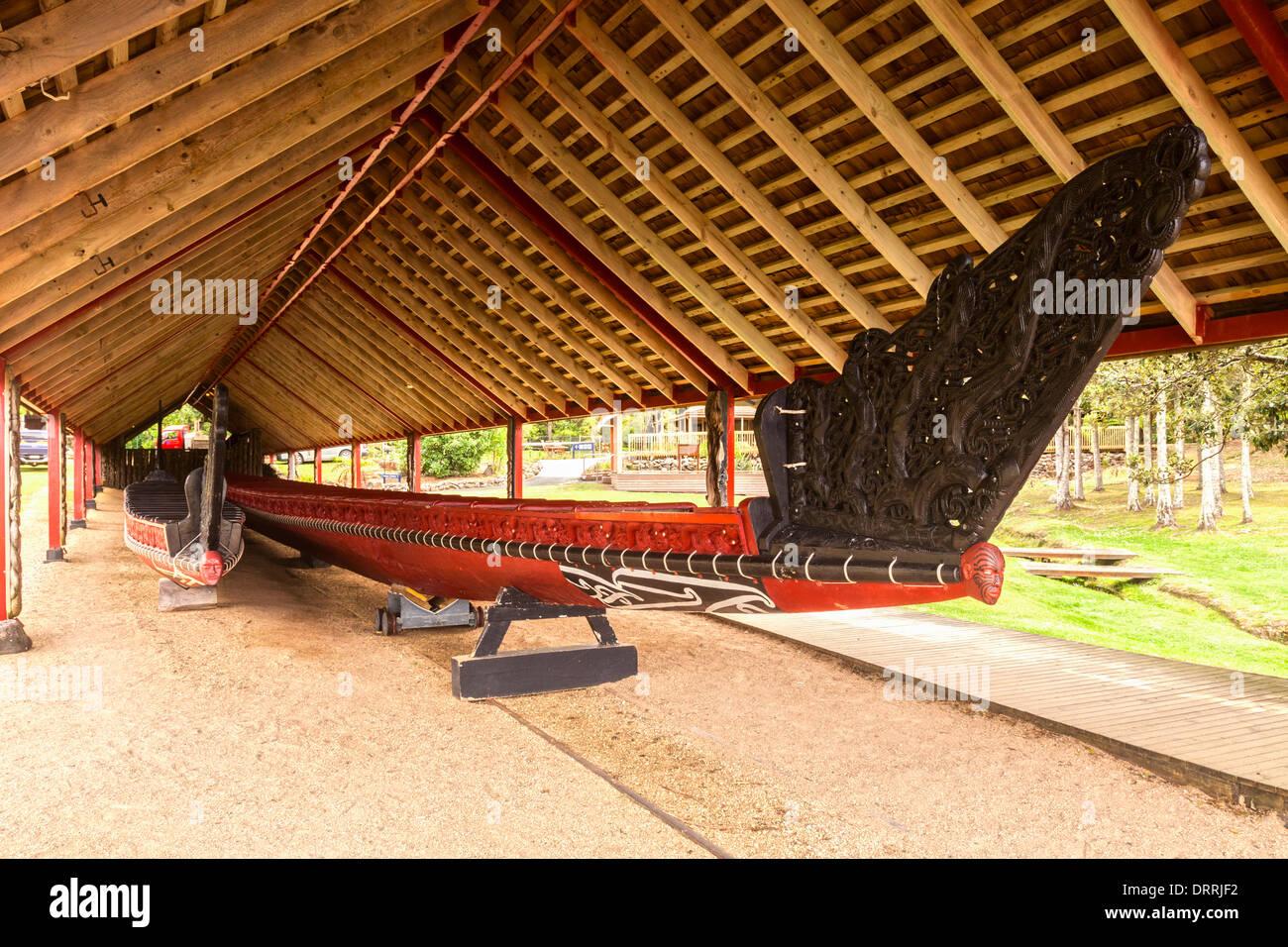 The traditionally styled boathouse on the Waitangi Treaty Grounds, Northland, New Zealand, houses two waka (canoes)... - Stock Image