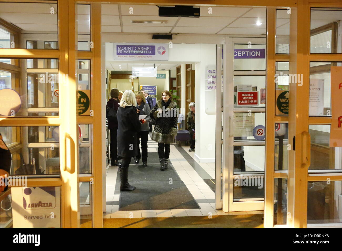 Dublin, Ireland. 31st January 2014. Hospital staff and supporters stand in the hospital entrance hall. Staff and Stock Photo