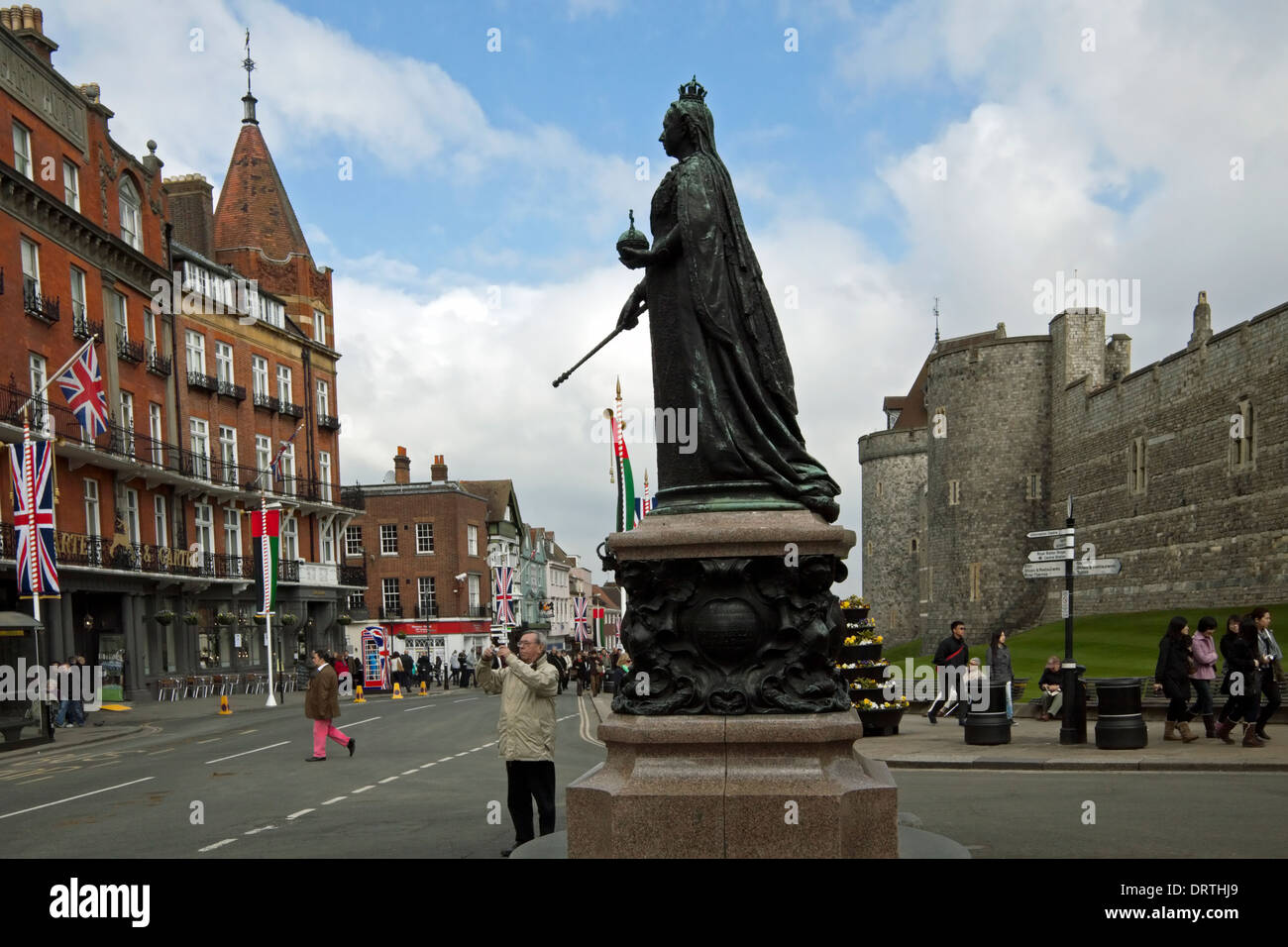 Statue of Queen Victoria opposite Windsor Castle, a royal residence, Berkshire, England, Great Britain. - Stock Image