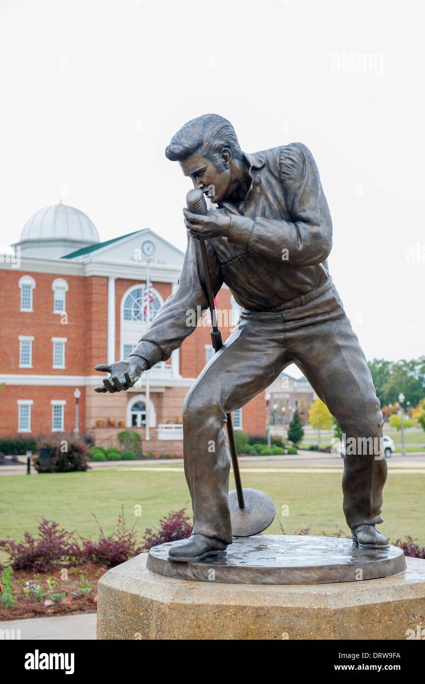 USA Mississippi MS Miss Tupelo downtown birth place birthplace home of Elvis Presley statue of  The King at City Hall - Stock Image