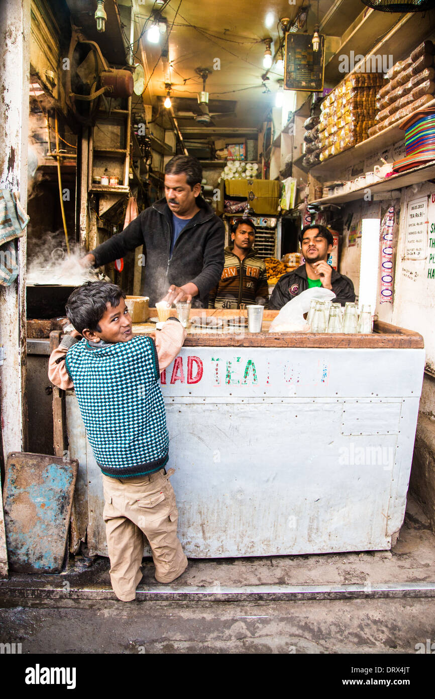 Boy buying chai for his father, Old Delhi, India - Stock Image