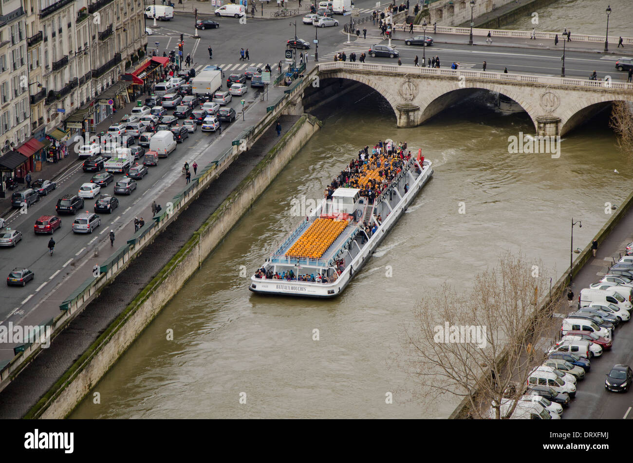 Sightseeing boat on the river Seine passing by at Ile de la Cite, Paris, France. - Stock Image
