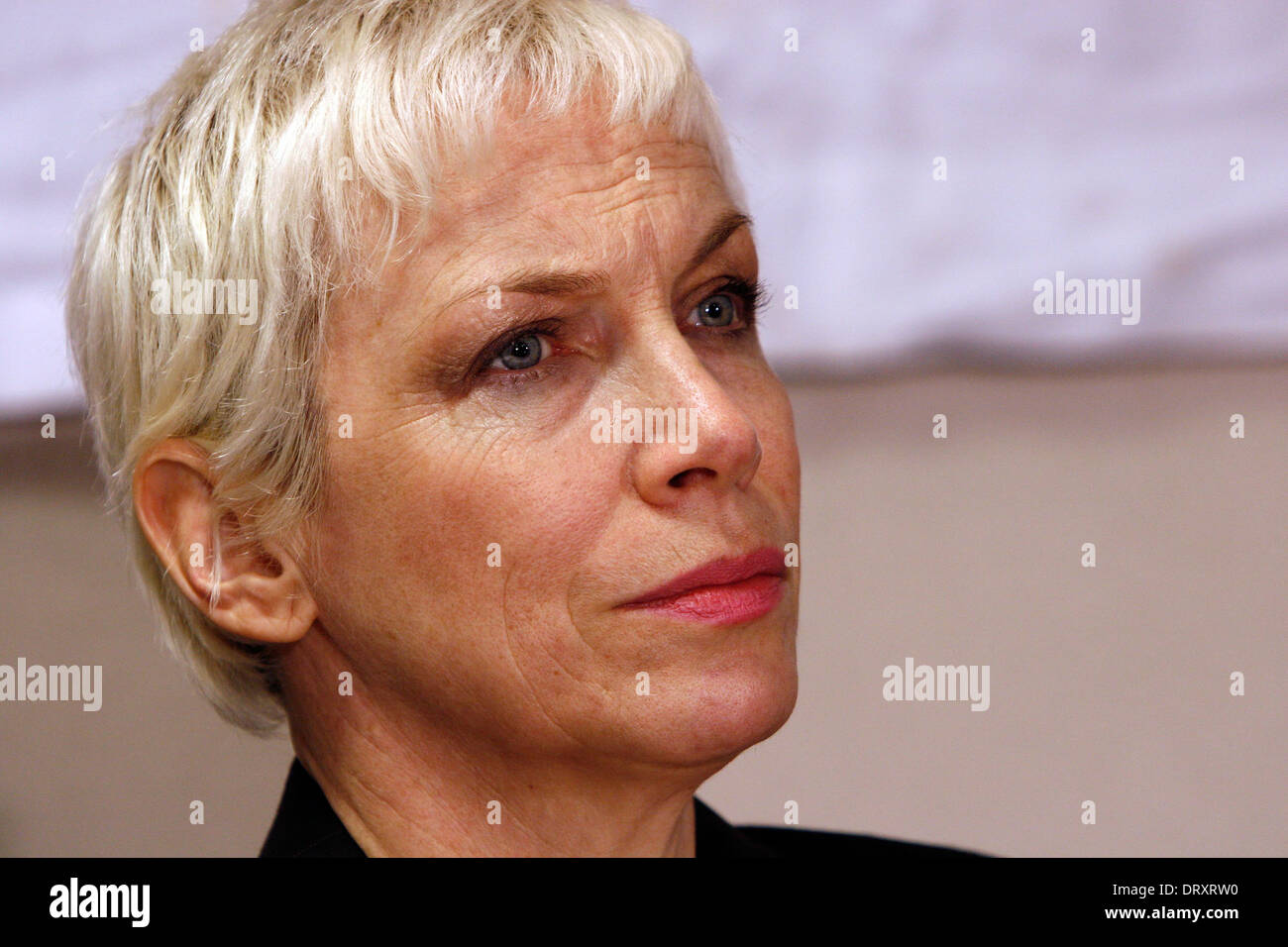 A tearful singer Annie Lenox at a unilateral Gaza press conference held at London Holiday Inn - Stock Image