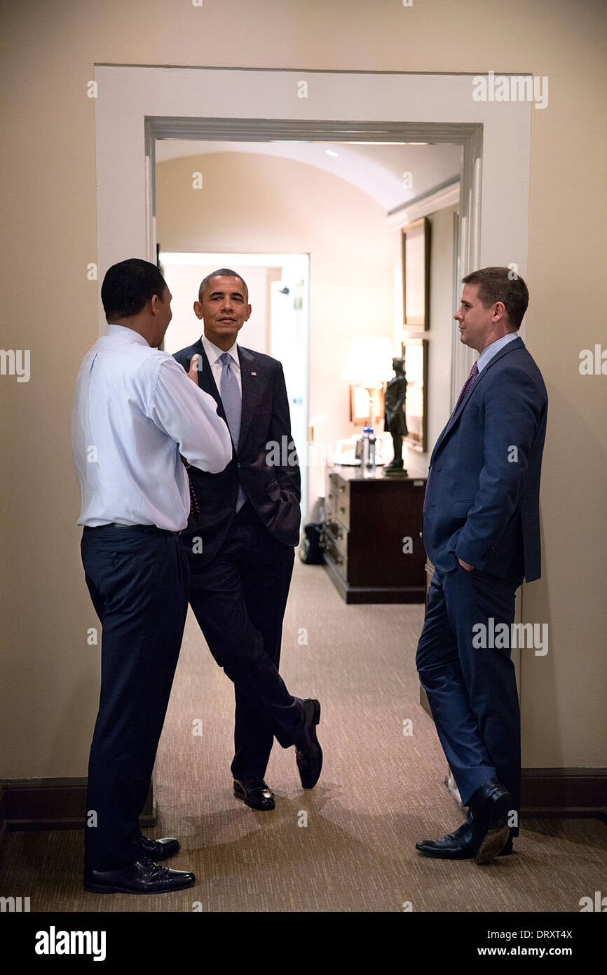 US President Barack Obama talks with Rob Nabors, Deputy White House Chief of Staff for Policy, and Senior Advisor Dan Pfeiffer, right, in a hallway in the West Wing of the White House September 26, 2013 in Washington, DC. - Stock Image