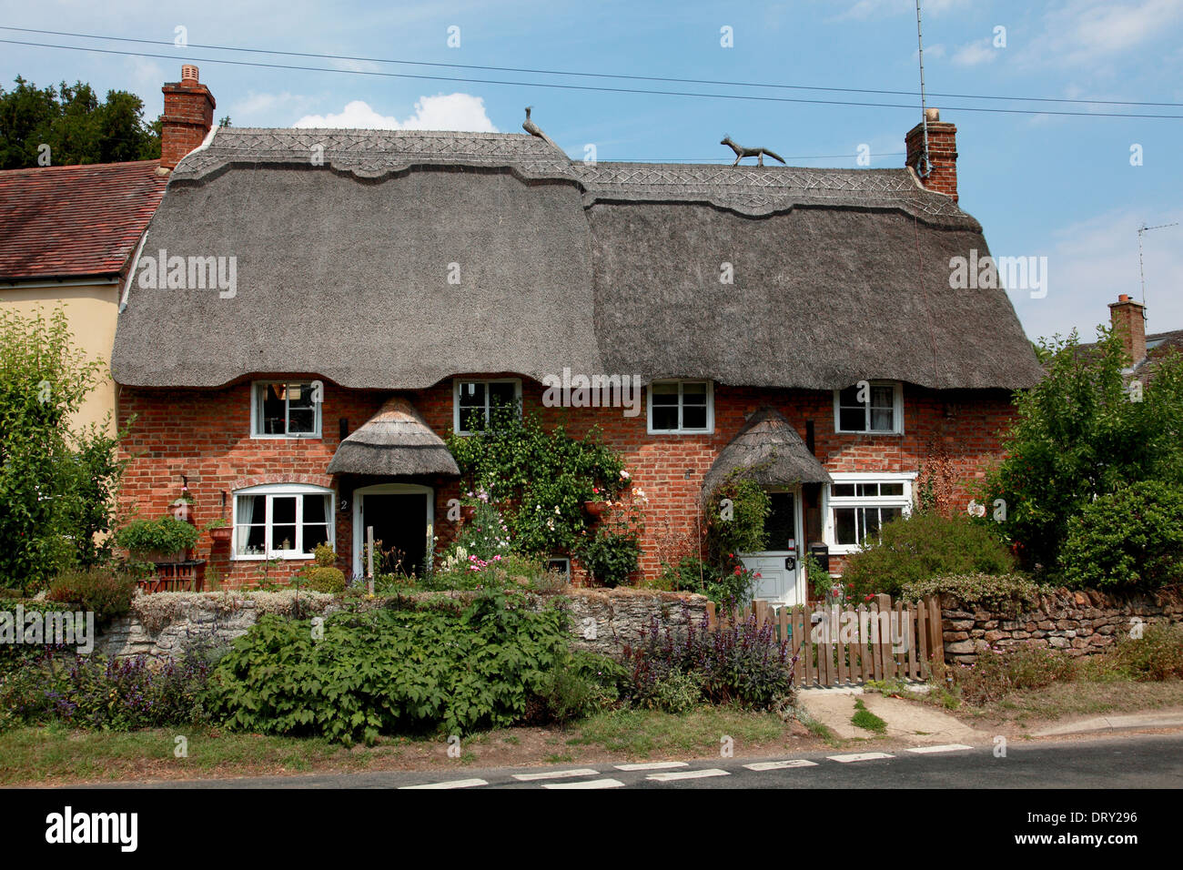 Thatched cottages in the village of Cropredy, Oxfordshire - Stock Image
