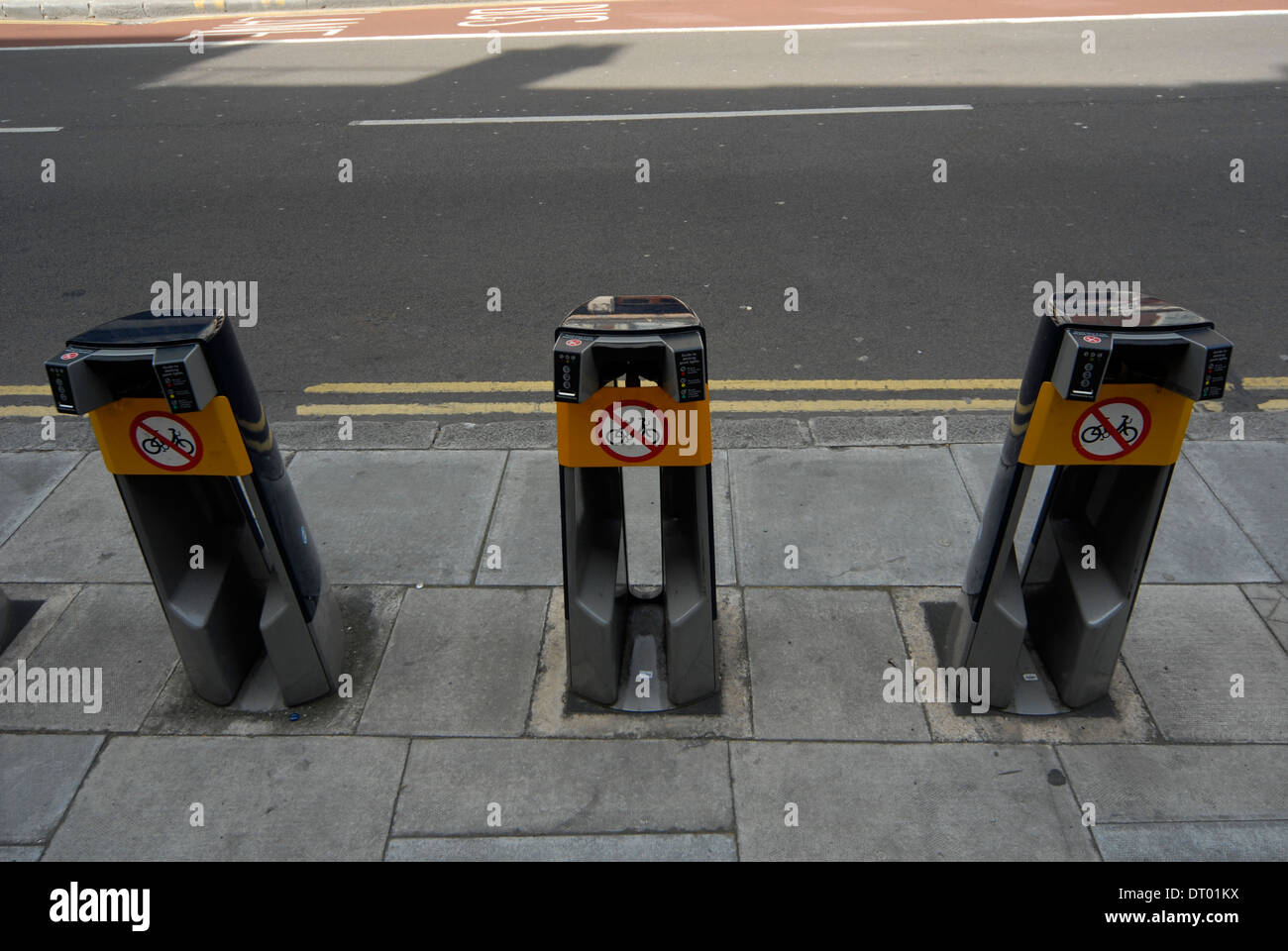EMPTY BICYCLE  HIRE DOCKING STATION IN LONDON - Stock Image