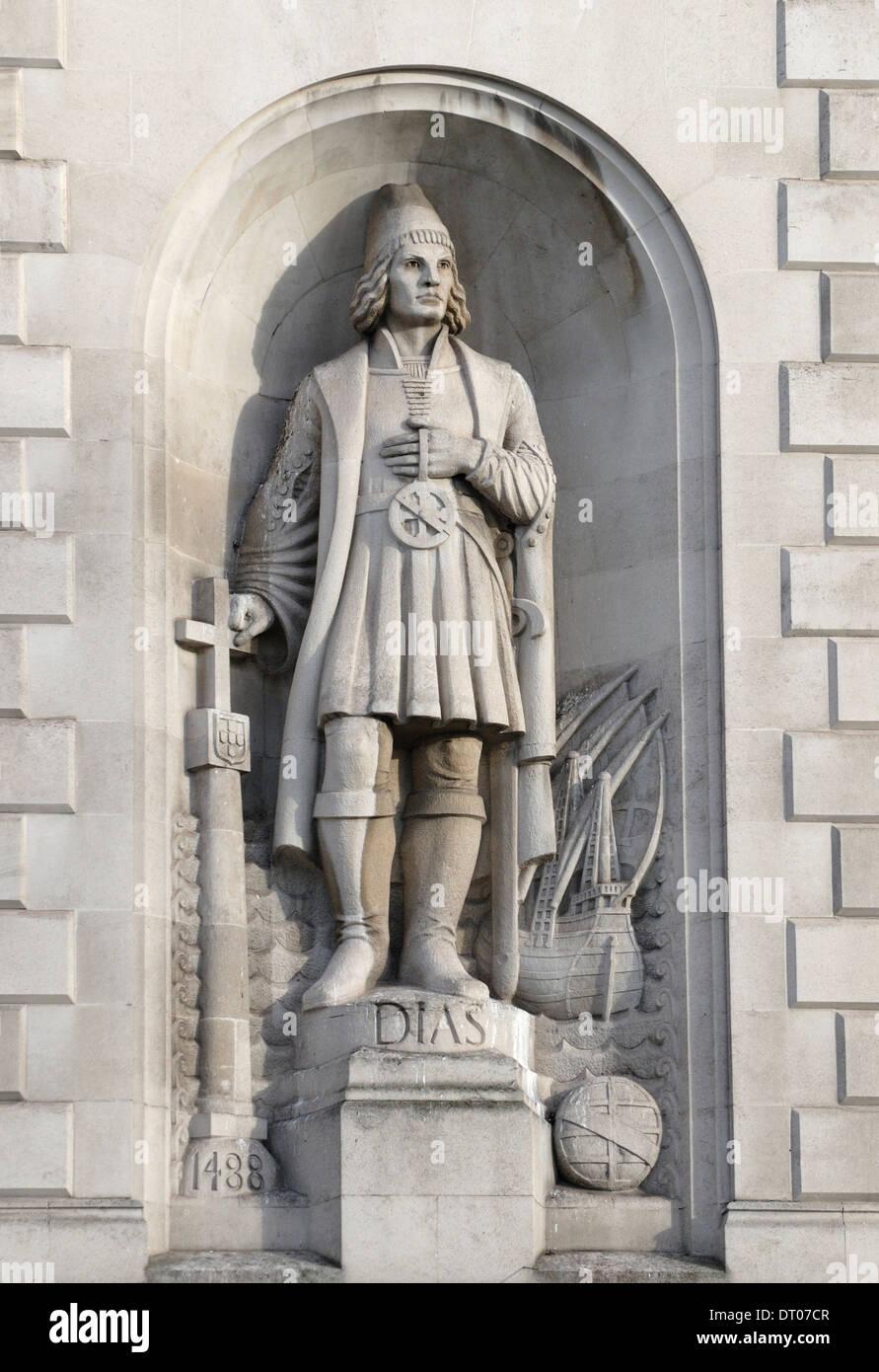 London, England, UK. Statue of Bartolomeu / Bartholomew Dias (Portuguese explorer) on facade of South Africa House, Trafalgar Sq - Stock Image