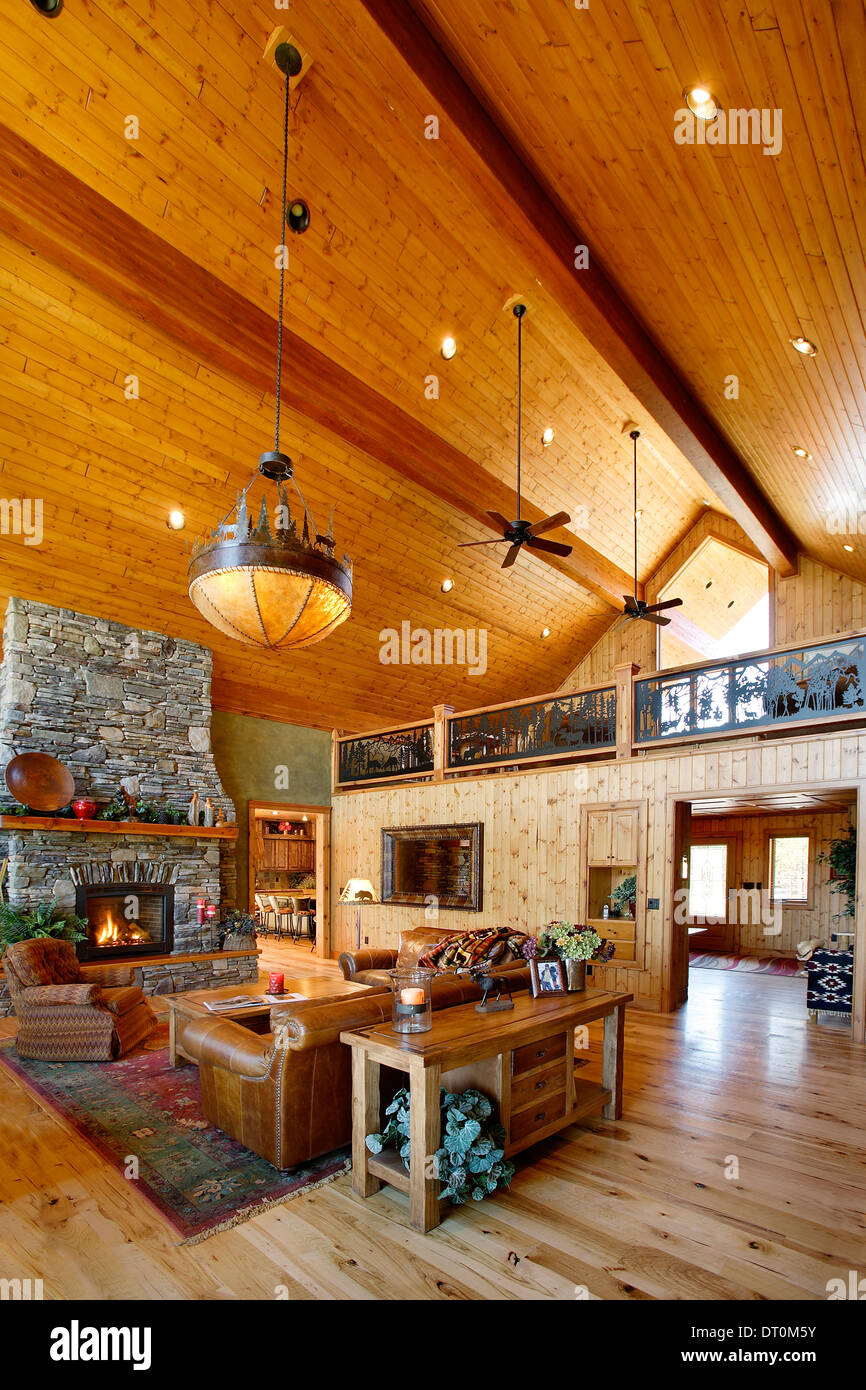 The interior of a modern upscale log cabin - Stock Image