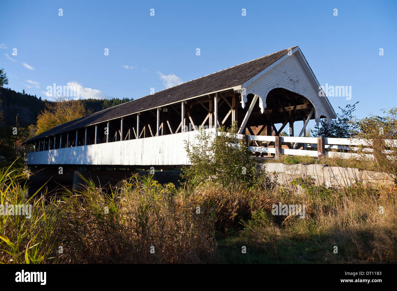 Popular with artists, the Stark covered bridge dates from 1862 and crosses the Ammonoosuc River, Stark, New Hampshire. - Stock Image