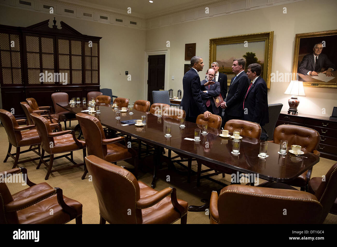 US President Barack Obama talks with Democratic Senators following a meeting with Members of Congress on the Affordable Care Act in the Roosevelt Room of the White House November 6, 2013 in Washington, DC. Standing with the President, from left, are: Sen. Chris Coons, Sen. Mark Udall, Sen. Mark Warner, and Sen. Mark Begich. - Stock Image