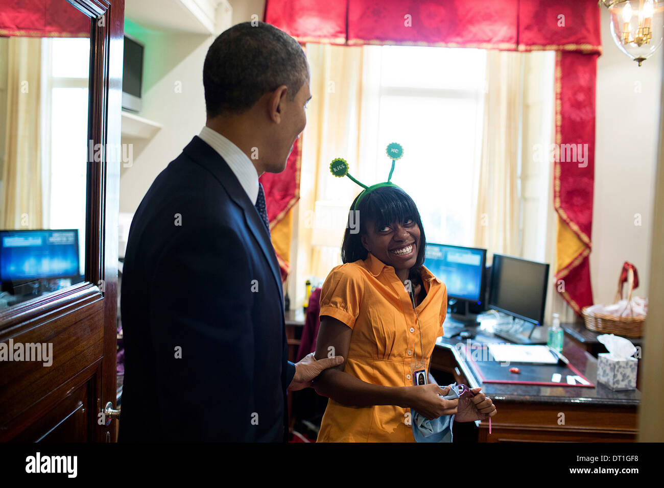 US President Barack Obama stops to view Angela Tennison halloween hat in the Usher's Office of the White House October 31, 2013 in Washington, DC. - Stock Image