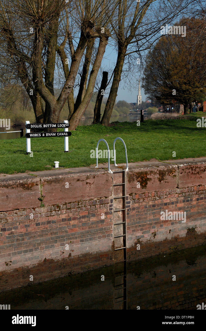 Diglis Bottom Lock in Worcester on the Worcs & Birmingham Canal which descends to the river Severn seen in the background - Stock Image