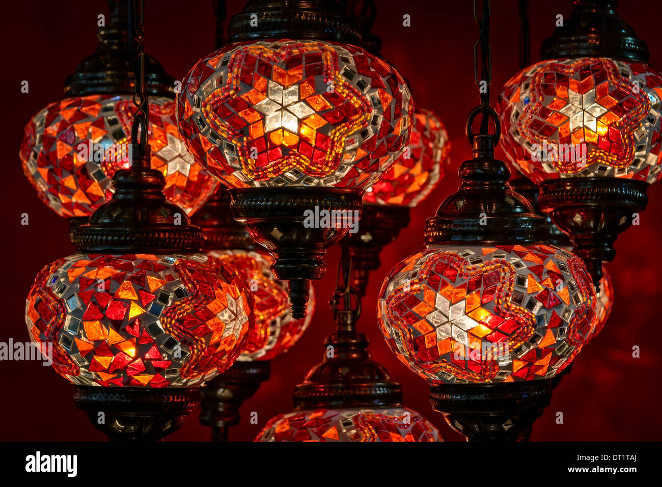 Close-up of decorative turkish lamps at the Grand Bazaar in Istanbul, Turkey. - Stock Image