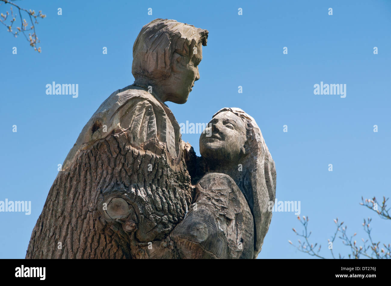 Romeo & Juliet Sculpture carved from a Tree Trunk - Stock Image