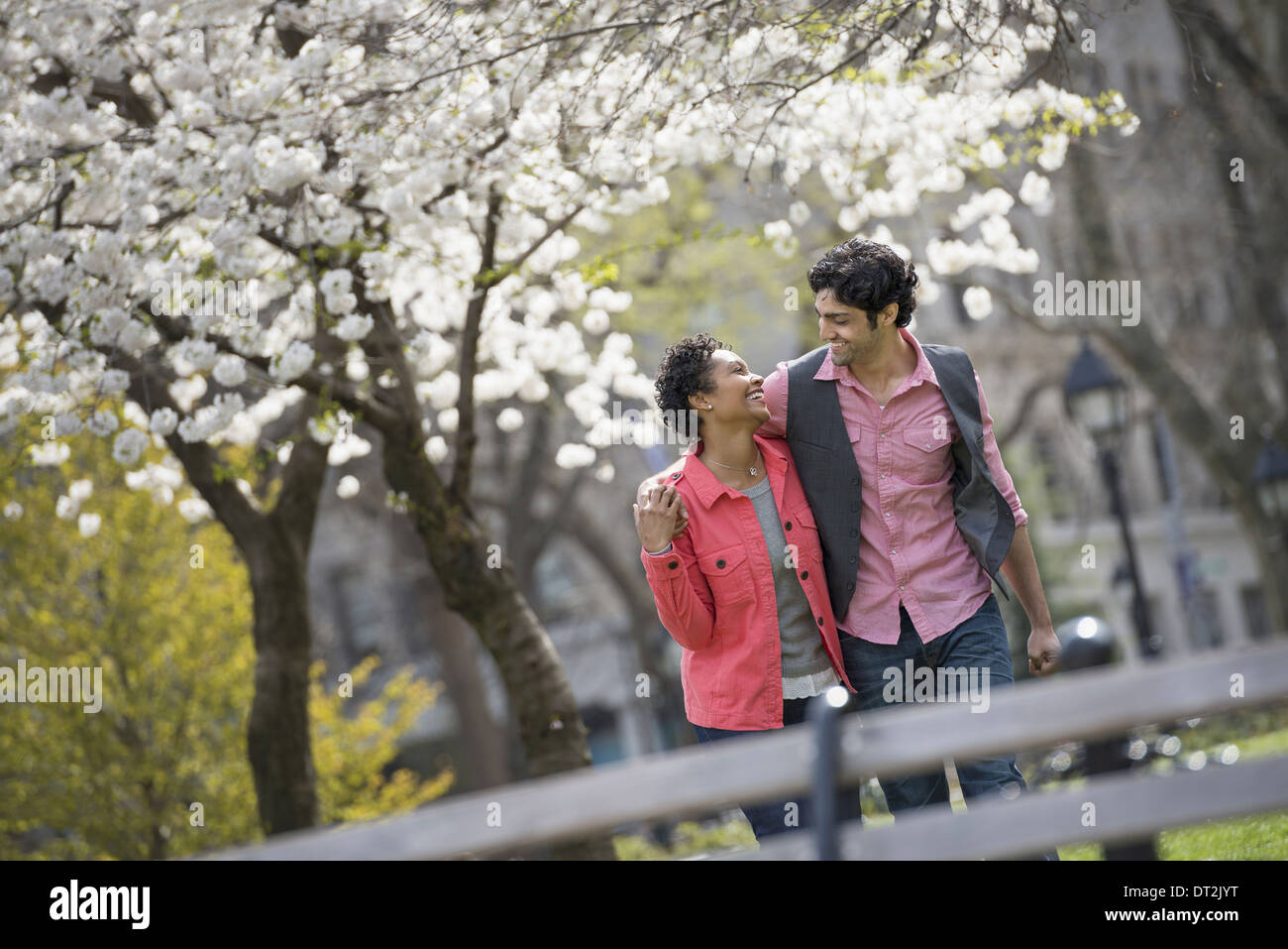 park A couple man and woman looking into each others eyes - Stock Image