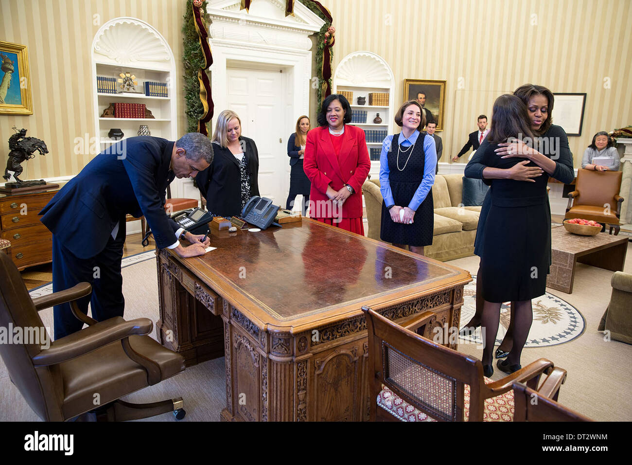 Swell Us President Barack Obama Signs Items At The Resolute Desk Download Free Architecture Designs Itiscsunscenecom
