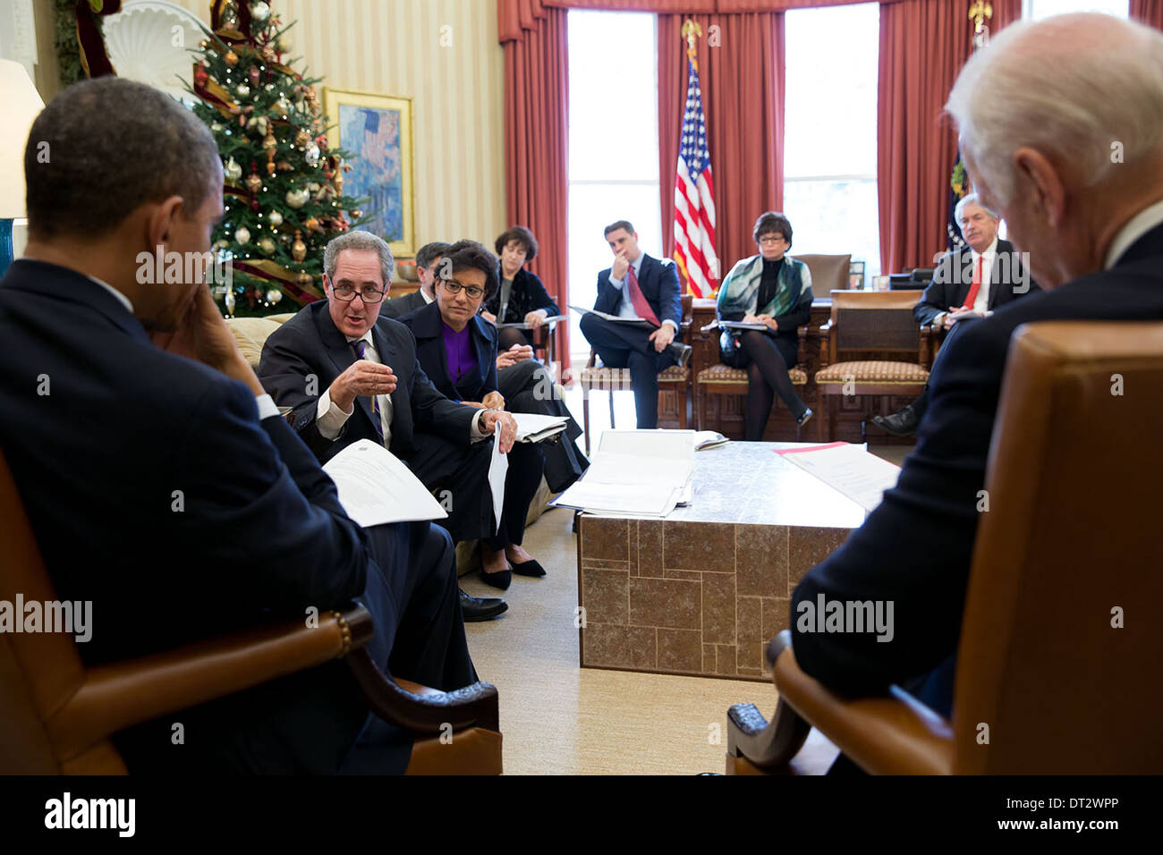 US President Barack Obama and Vice President Joe Biden meet with U.S. Trade Representative Mike Froman and Commerce Secretary Penny Pritzker in the Oval Office of the White House December 16, 2013 in Washington, DC. - Stock Image