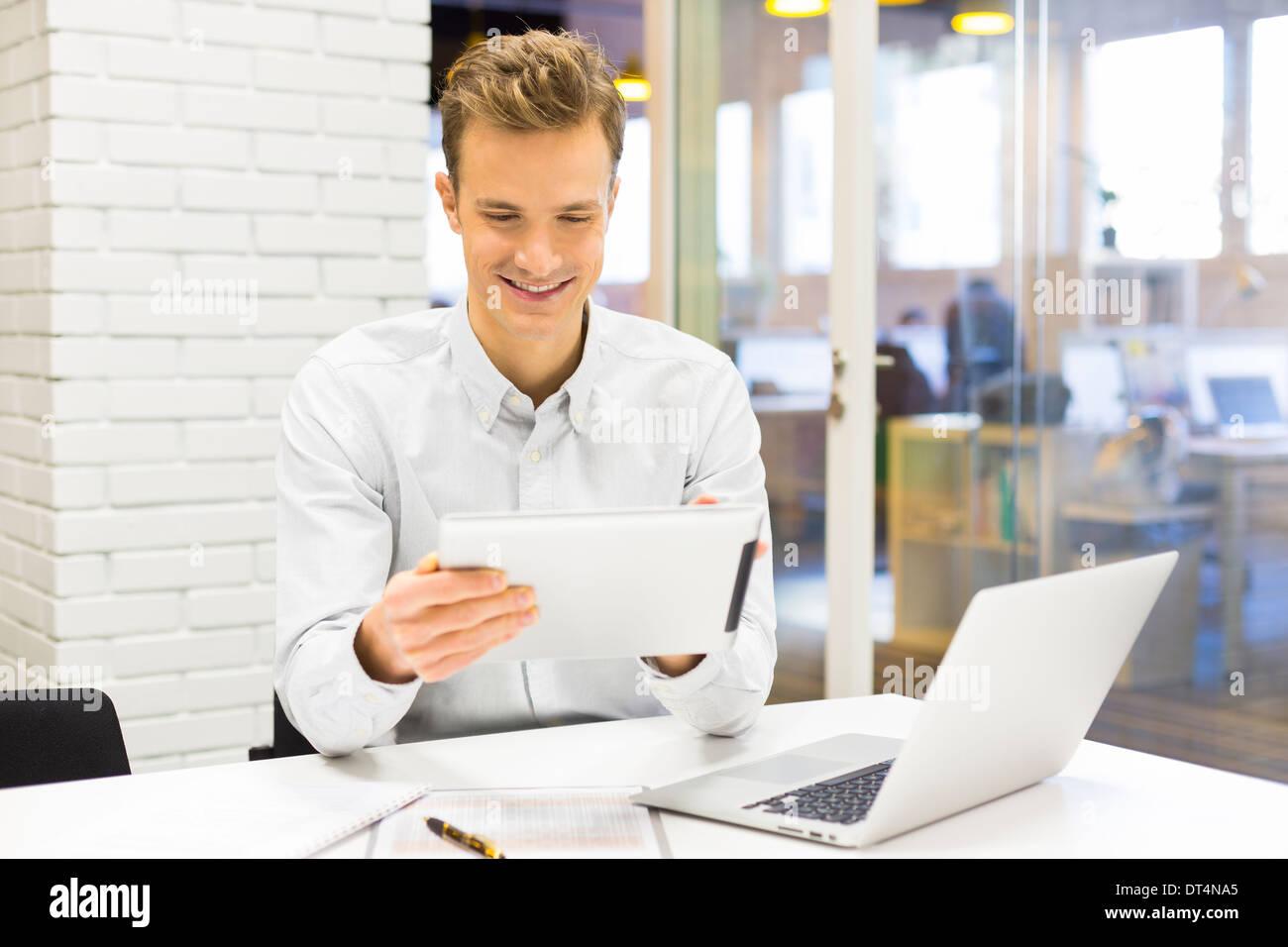 Man business tablet pc desk laptop message e-mail - Stock Image