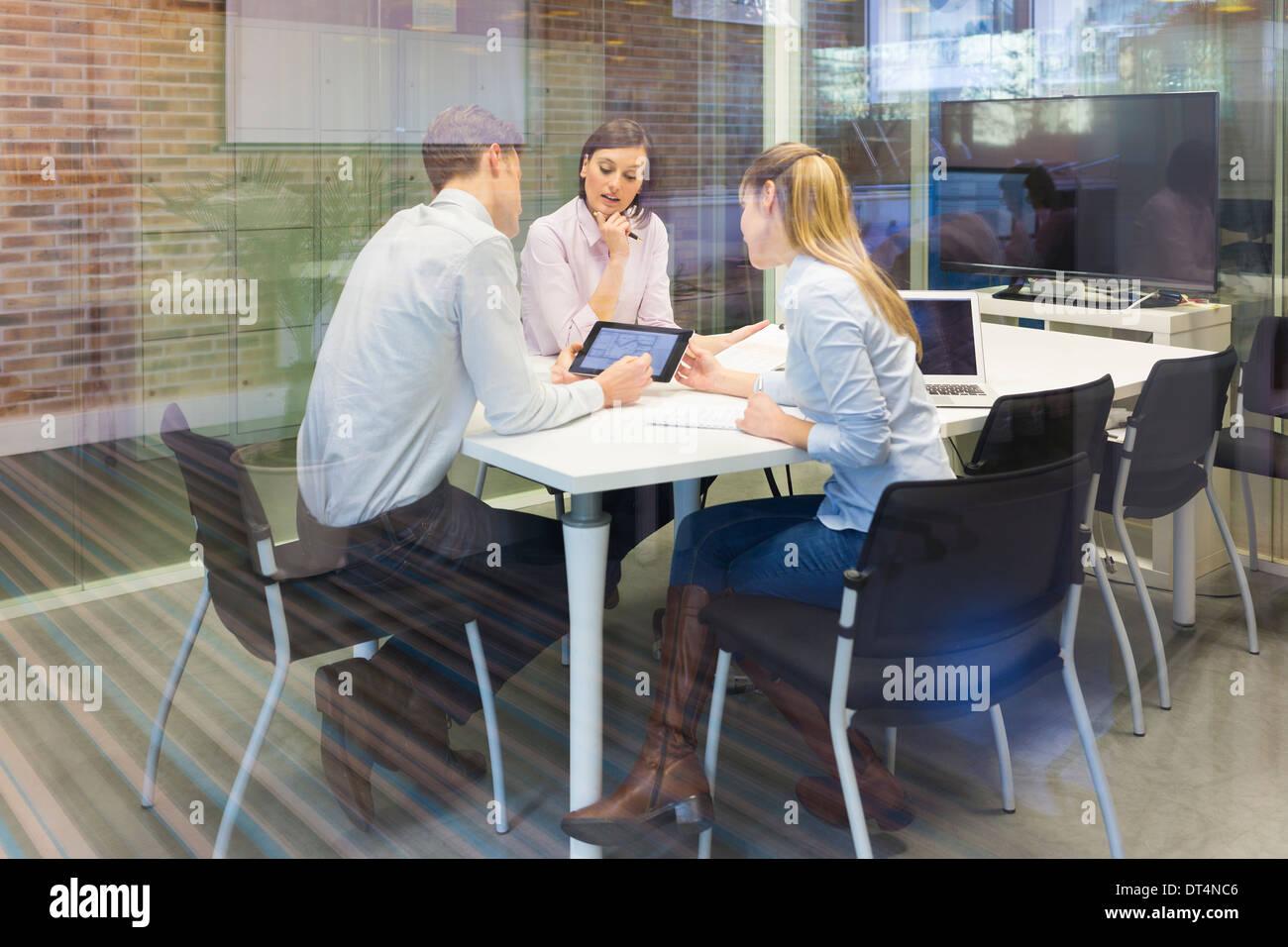 Businesswoman businessman reunion laptop desk colleagues - Stock Image