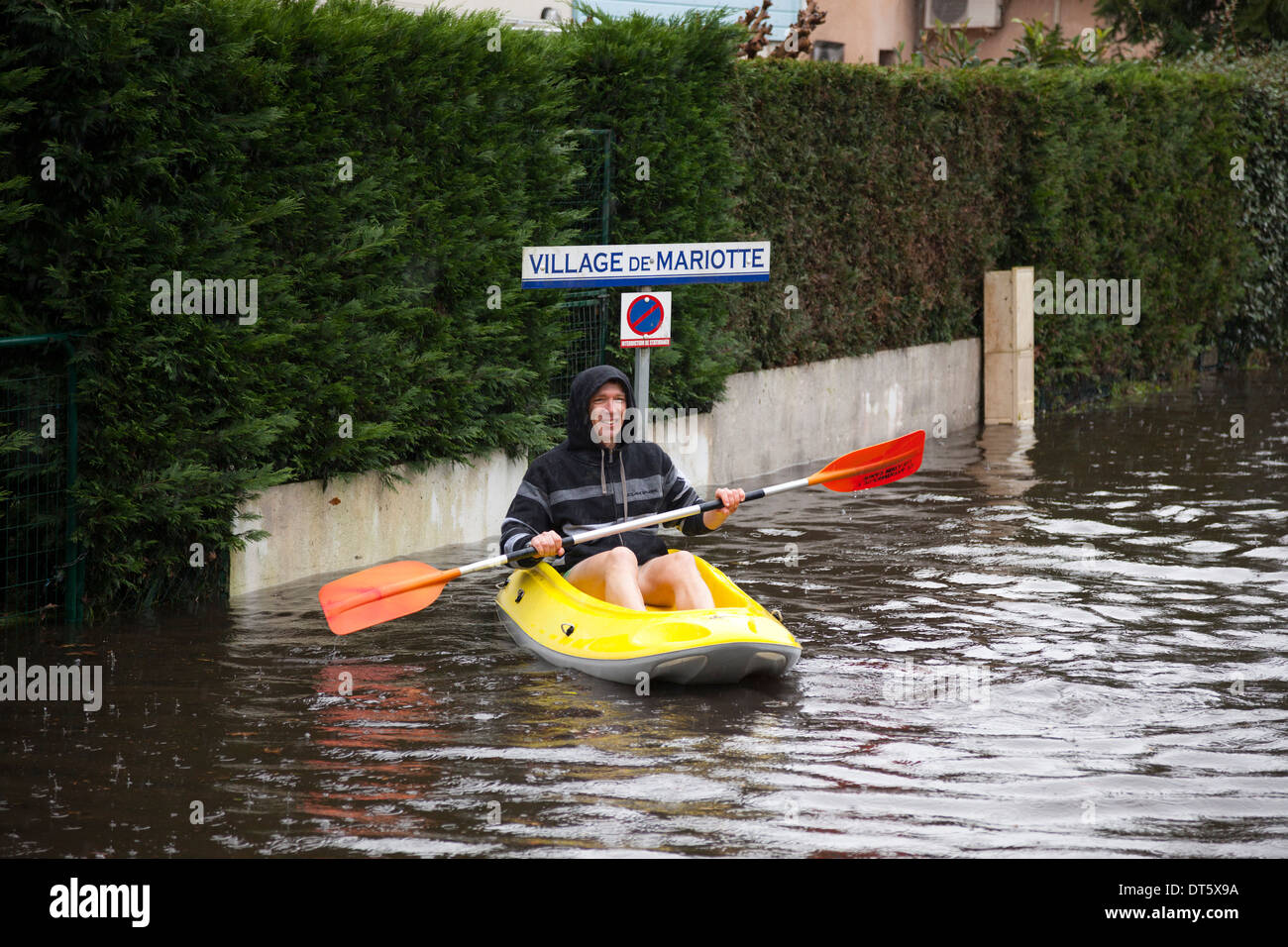 In Capbreton (Landes - France), boating on a flooded street. All opportunities are good for youngish people to have fun! - Stock Image