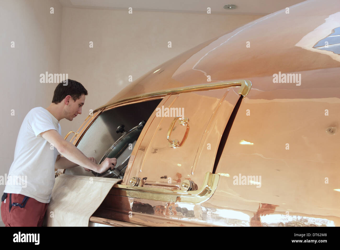 Man inspecting vat in brewery - Stock Image