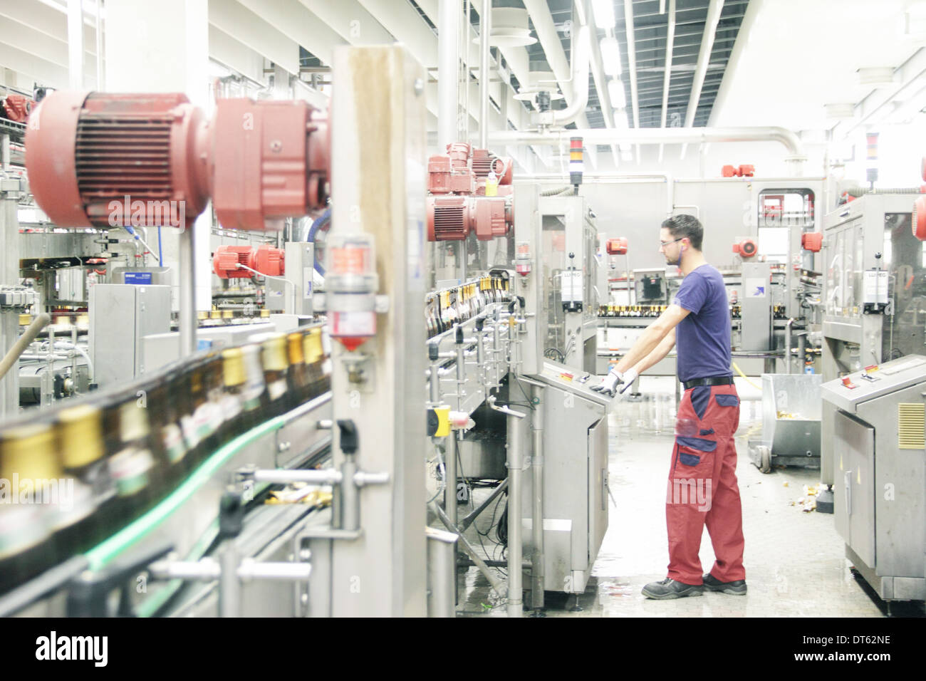 Man working on production line in brewery - Stock Image