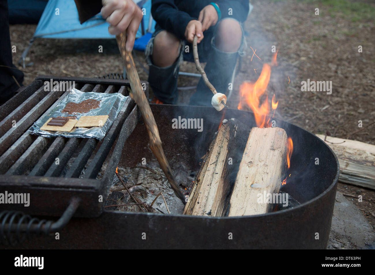 Two people having barbeque - Stock Image