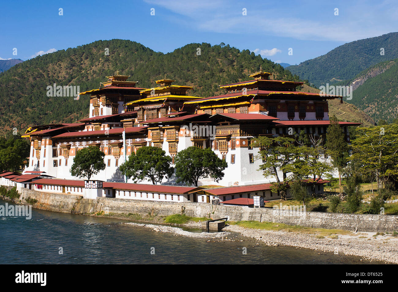 Bhutan, Punakha Dzong beside Mo Chhu River. The administrative centre of the region and the old capital housing sacred relics. - Stock Image