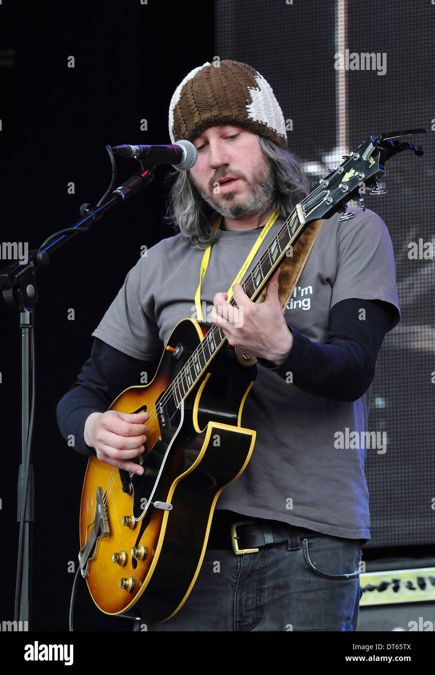 England, Music, Strings, Guitars, Badly Drawn Boy Damon Gough performing at the 2011 Cropredy Festival. - Stock Image