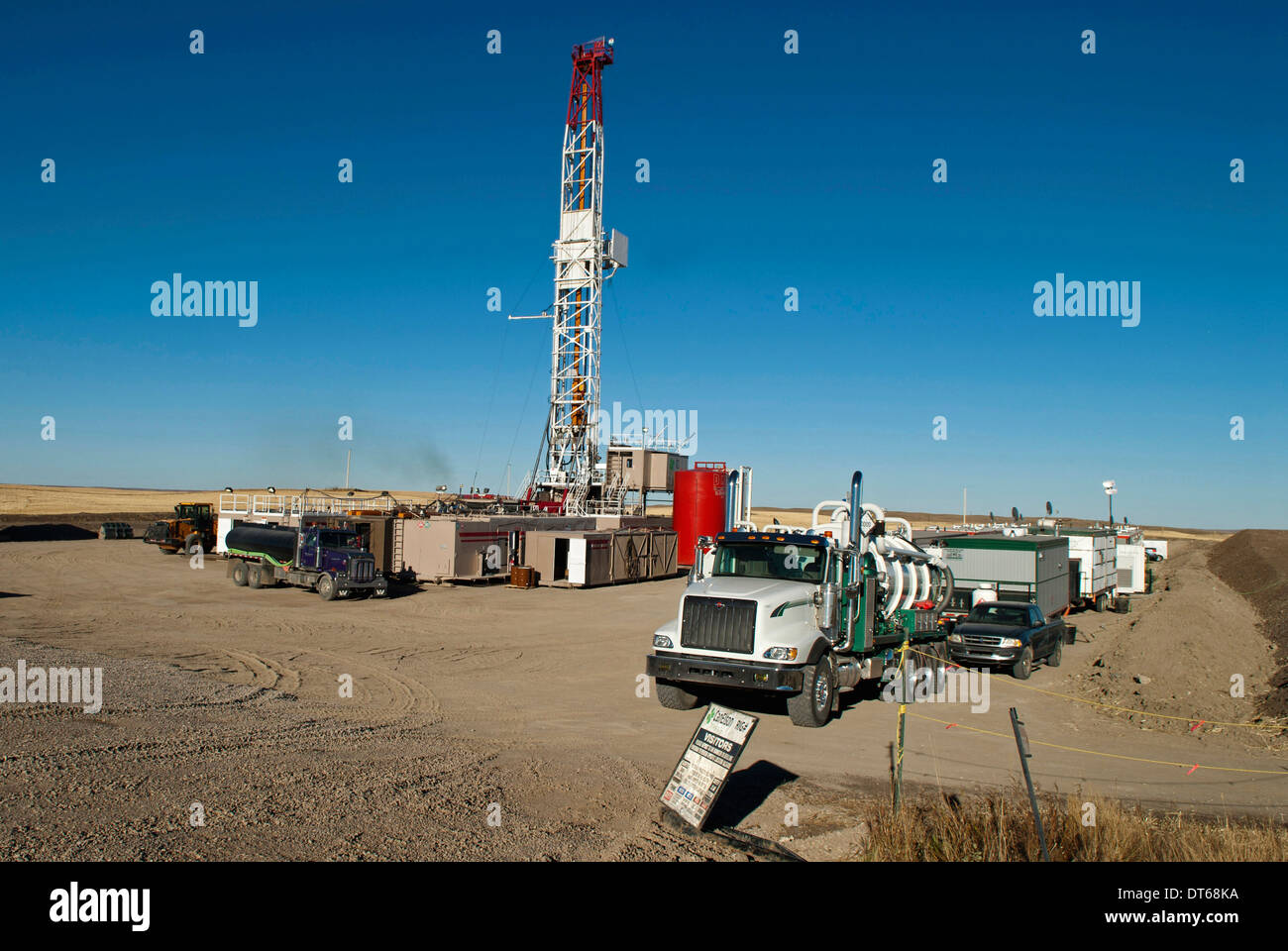 Canada, Alberta, Del Bonita, CanElson Drilling Inc of Calgary fracking for tight shale oil in wheat field at edge - Stock Image