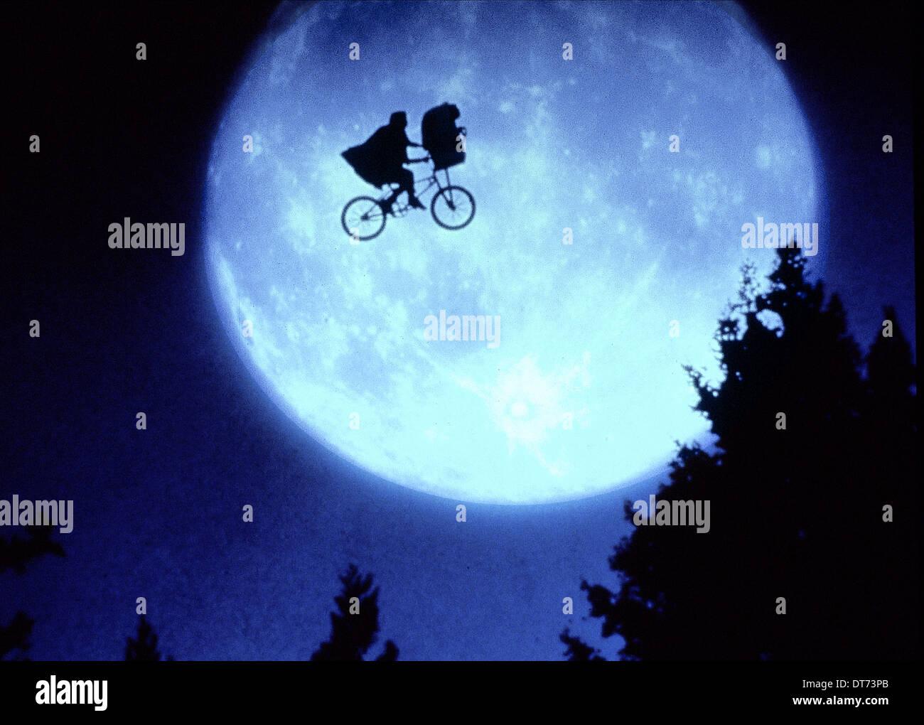 Henry Thomas Moon E T The Extra Terrestrial 1982 Stock Photo Alamy