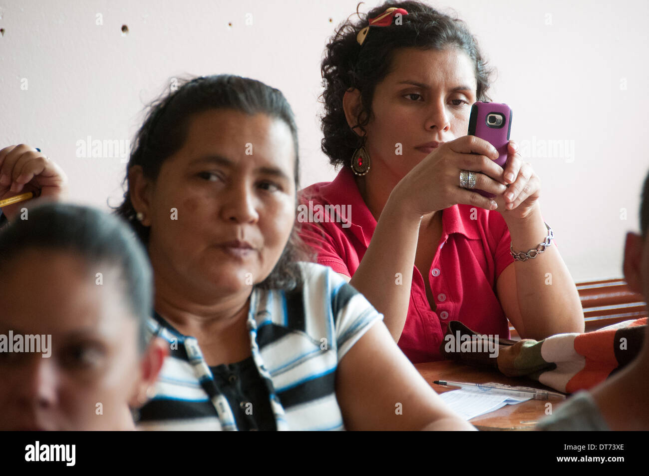 Costa Rican woman with mobile phone - Stock Image